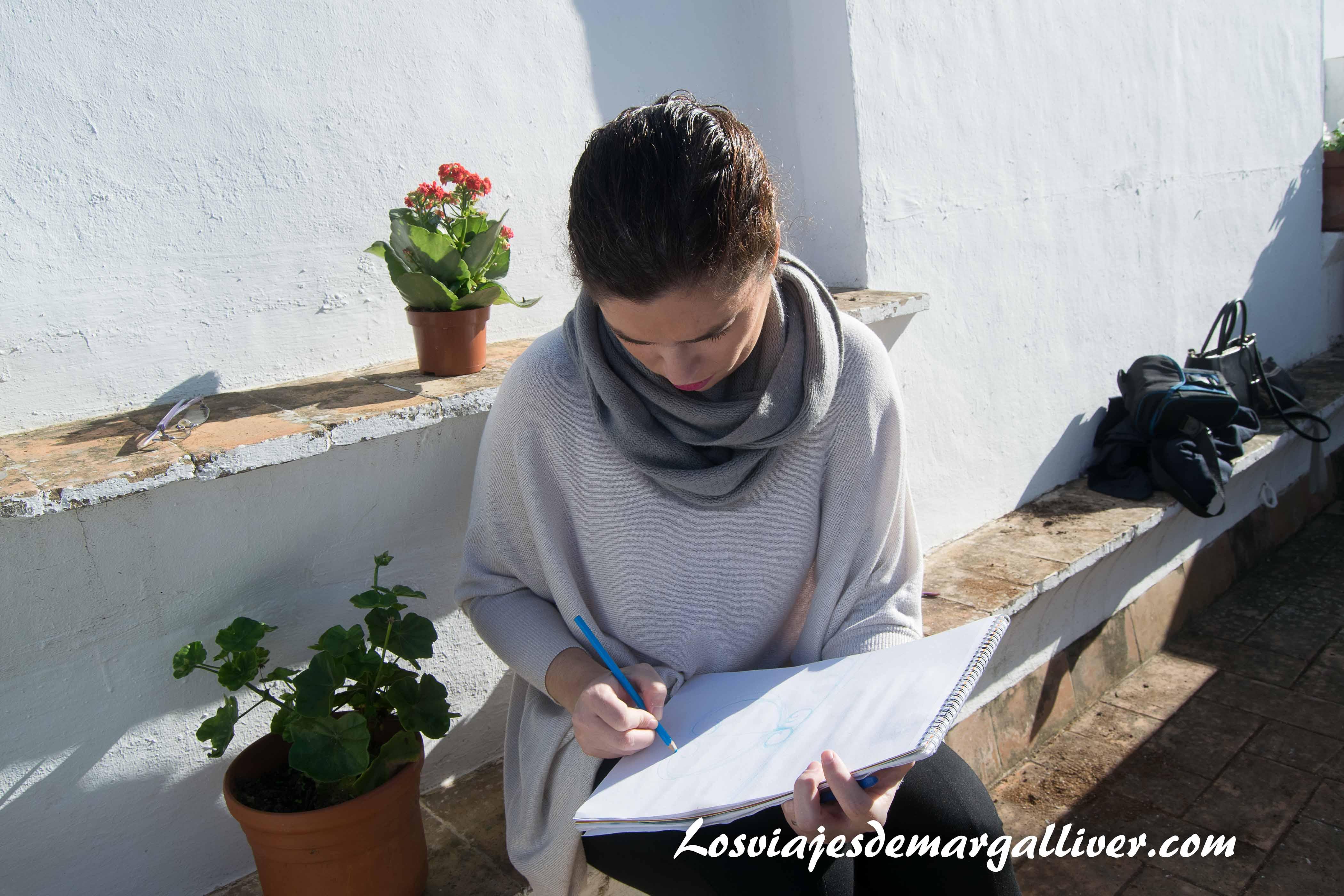 Marga dibujando la giralda en casa-museo Amalio - los viajes de margalliver